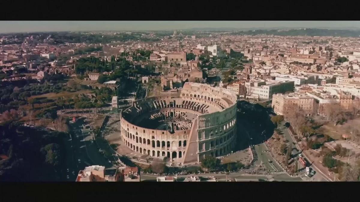 Rooman Colosseum saa puisen lattian