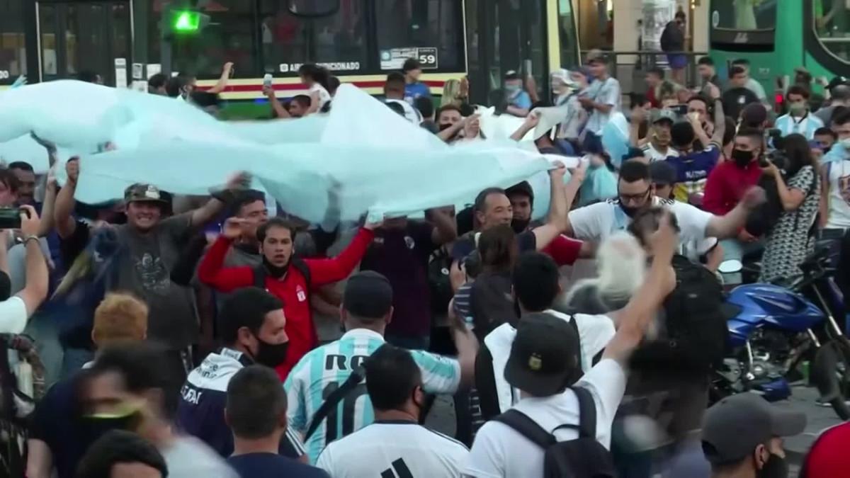 Fanit muistivat Maradonaa Buenos Airesissa ja Napolissa
