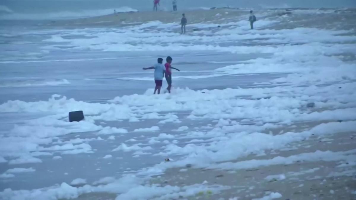 Chennain hiekkaranta on täynnä myrkkyvaahtoa