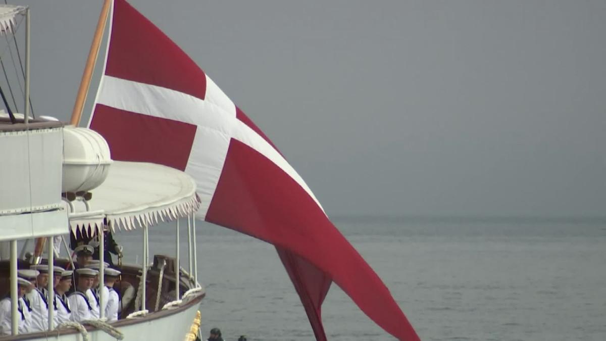 Tanskan kuningatar juhlii Tanskan lippua Tallinnassa