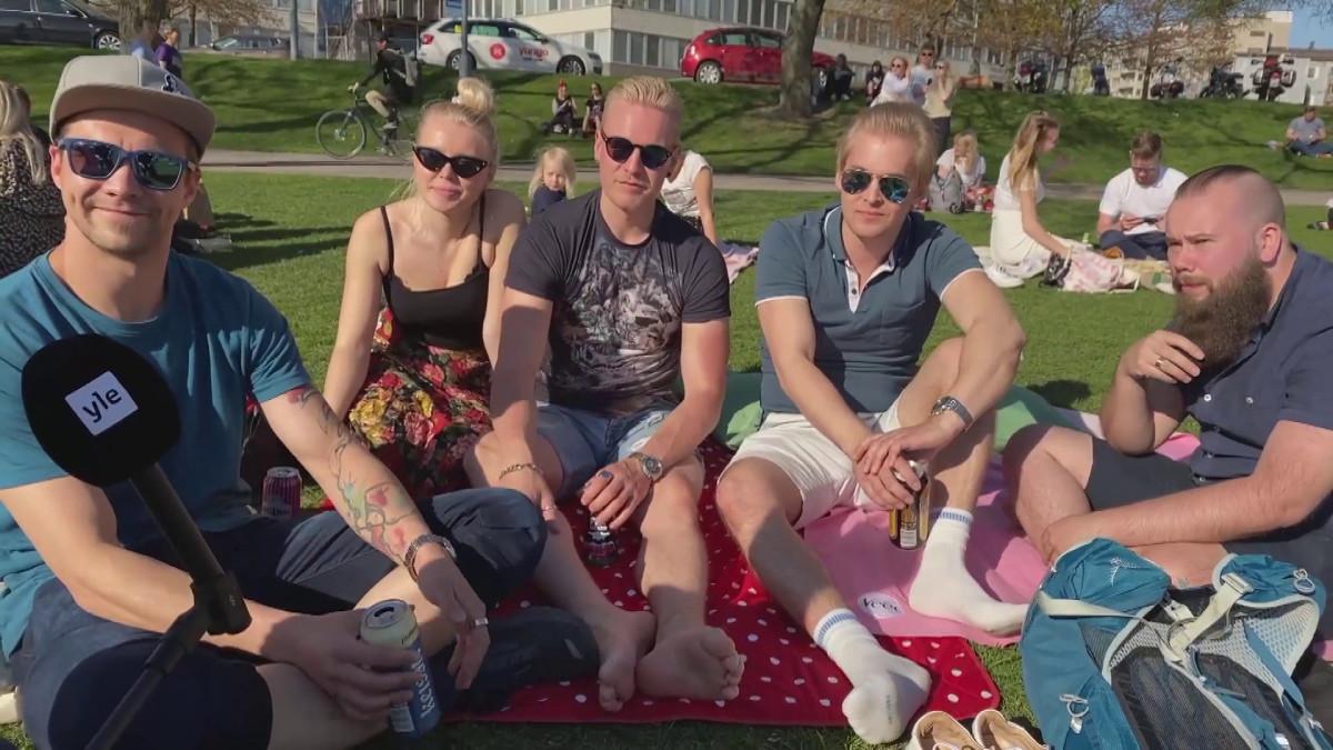 Helsinkiläiset nauttivat kaupunkiin saapuneesta kesästä Tokoinrannassa