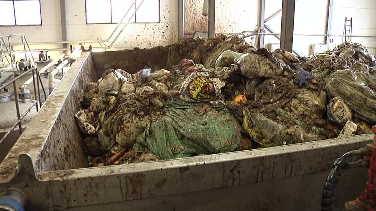 Biohajoava muovipussi teettää töitä biokaasulaitoksissa