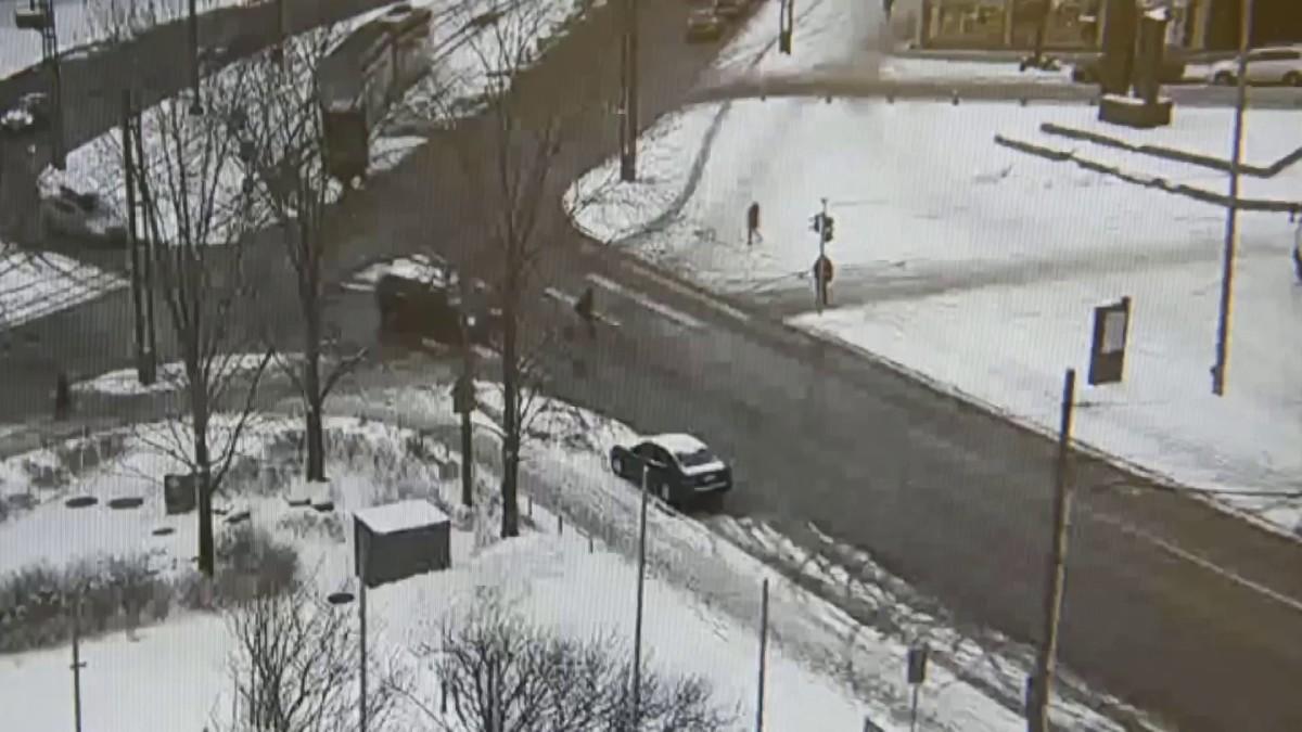 Eduskunnan turvakameran tallennetta kansanedustaja Juha Sipilään kohdistuneesta hyökkäyksestä 7. tammikuuta.