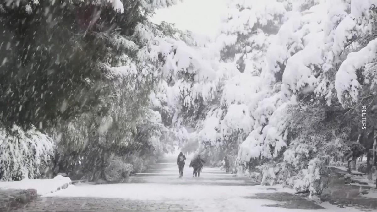 Poikkeuksellinen lumisade peitti Ateenan