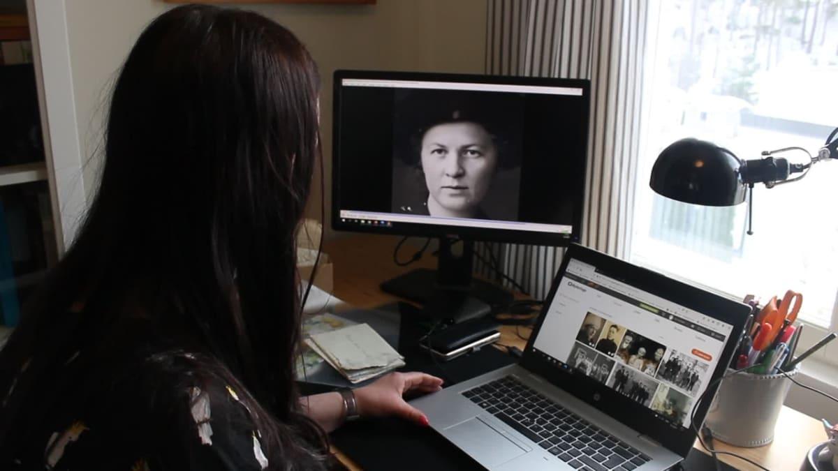"""Deep Nostalgia-animaation luomisessa käyttäjän tarvitsee vain ladata haluttu valokuva. Sen jälkeen MyHeritagen tekniikka terävöittää valokuvaa, antaa sille värit ja animoi kuvan henkilön """"henkiin""""."""