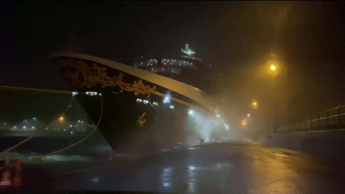 Bella-myrsky riepottelee luksuslaivaa Doverin satamassa. Kuvalähde: Mark Burton.