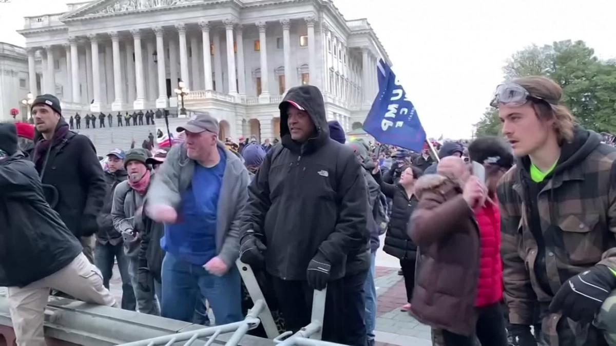 Trumpin vihan lietsonta mediaa vastaan purkautui Washingtonissa - mielenosoittajat rikkovat kuvauskaluston