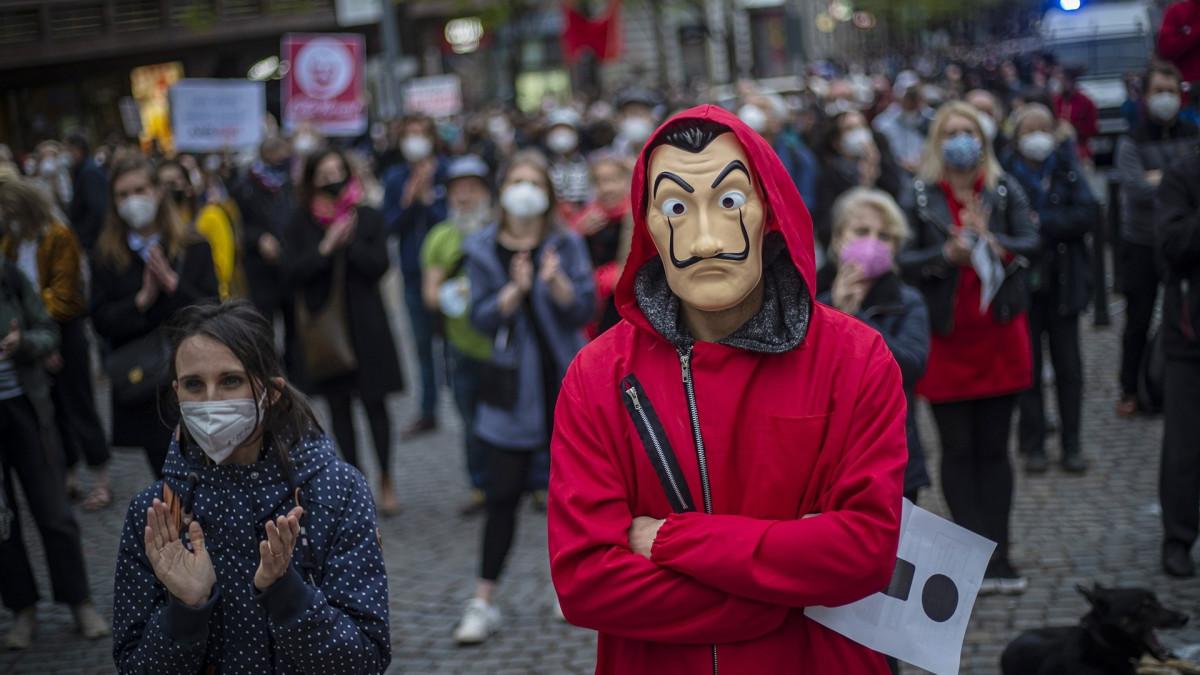 Tšekissä tuhansien mielenosoitus presidenttiä vastaan