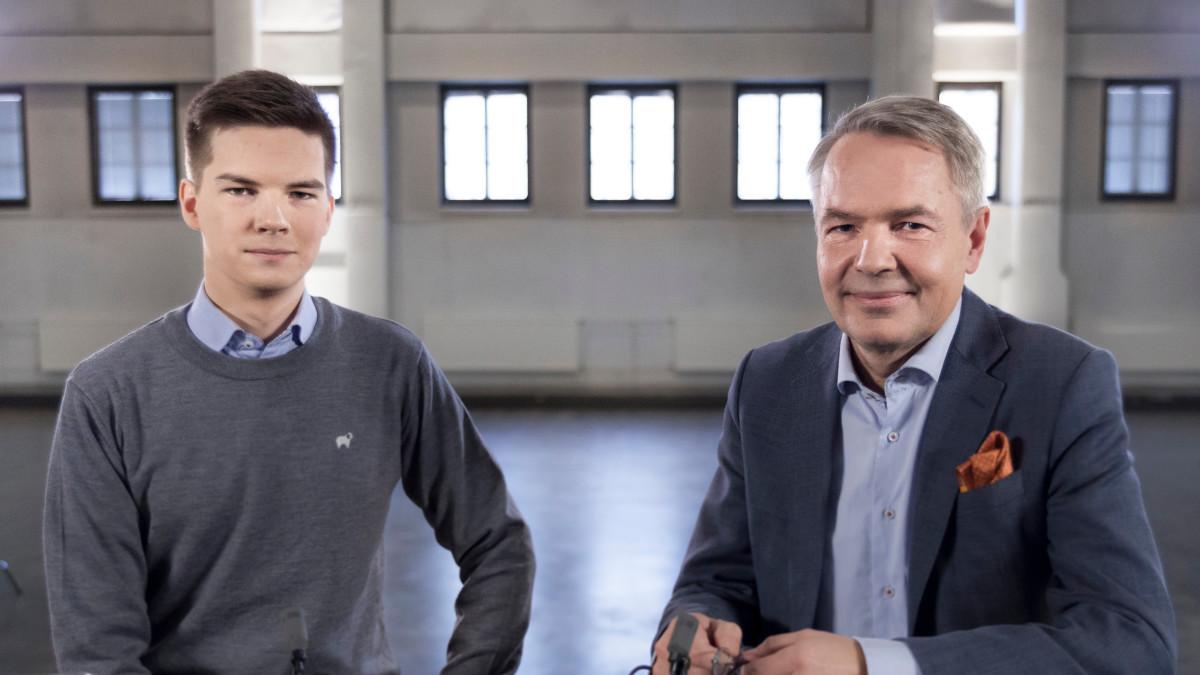 Kuvassa Yle Kioskin toimittaja Matti Riitakorpi ja presidenttiehdokas Pekka Haavisto.