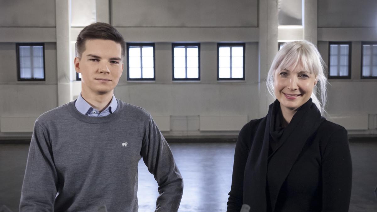 Kuvassa Yle Kioskin toimittaja Matti Riitakorpi ja presidenttiehdokas Laura Huhtasaari.