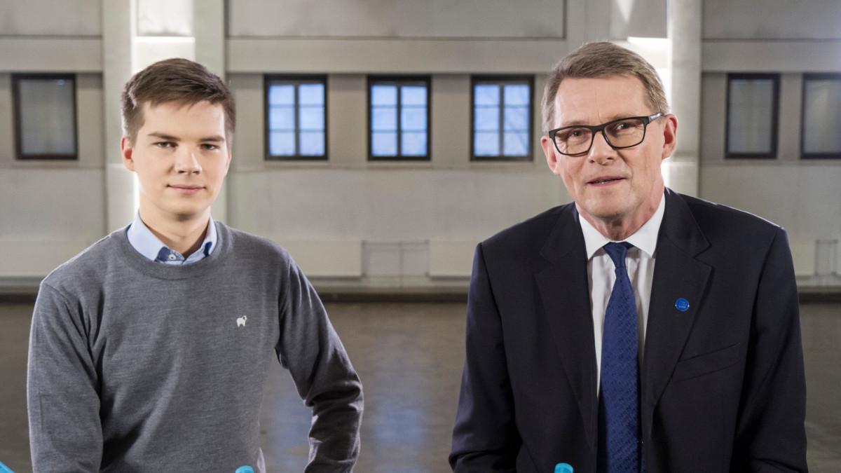 Kuvassa Yle Kioskin toimittaja Matti Riitakorpi ja presidenttiehdokas Matti Vanhanen.