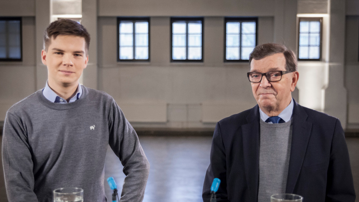 Kuvassa Yle Kioskin toimittaja Matti Riitakorpi ja presidenttiehdokas Paavo Väyrynen.