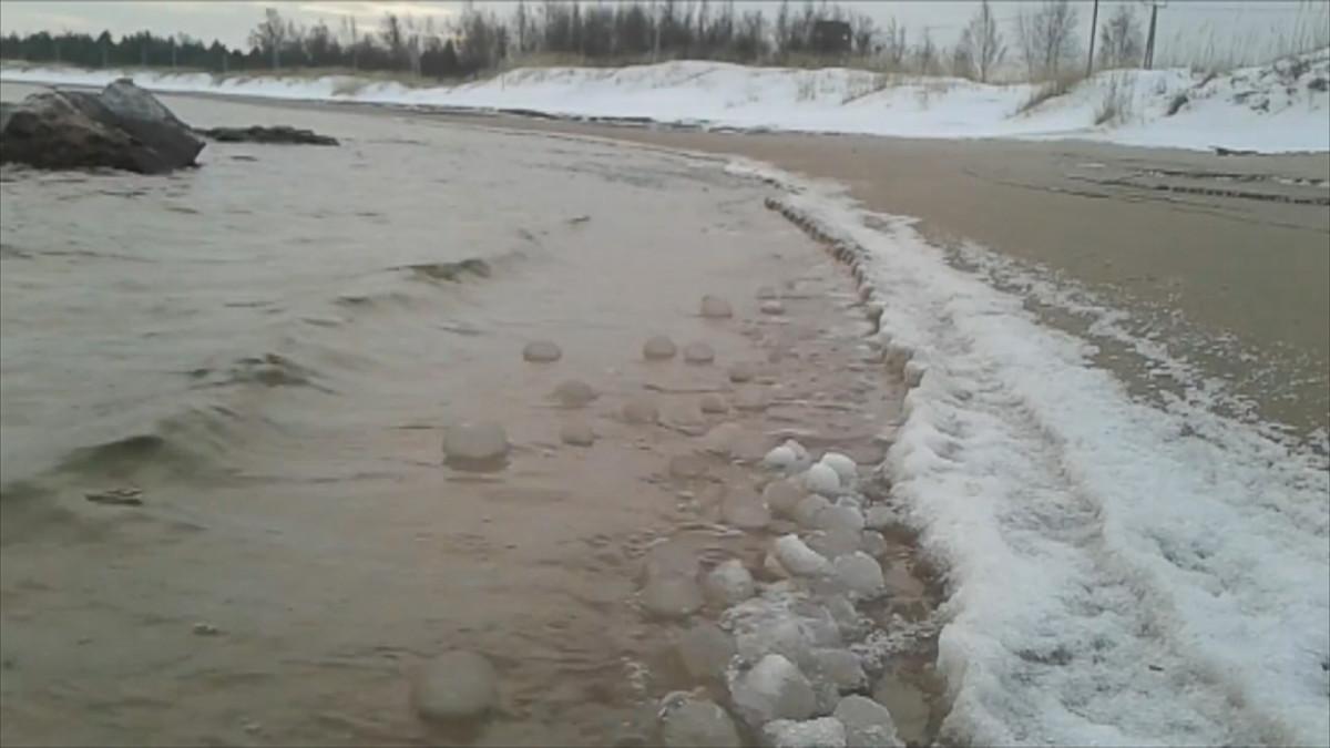 Pieniä jääpalloja Ohtakarin rannassa joulukuussa 2017.
