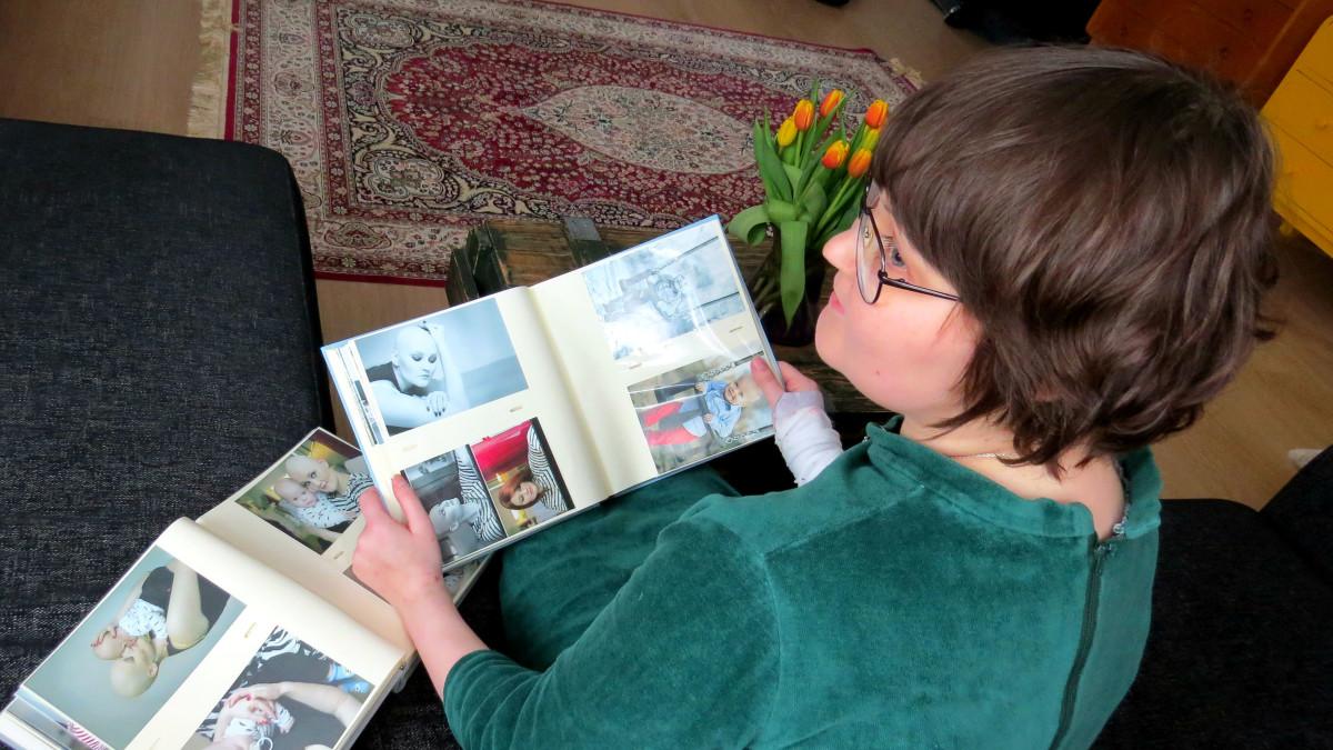 Hanna Pahlsten katselee vanhoja valokuvia itsestään