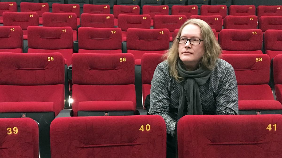 Valokuvaaja, Sentencedin entinen rumpali Vesa Ranta istuu elokuvateatterissa