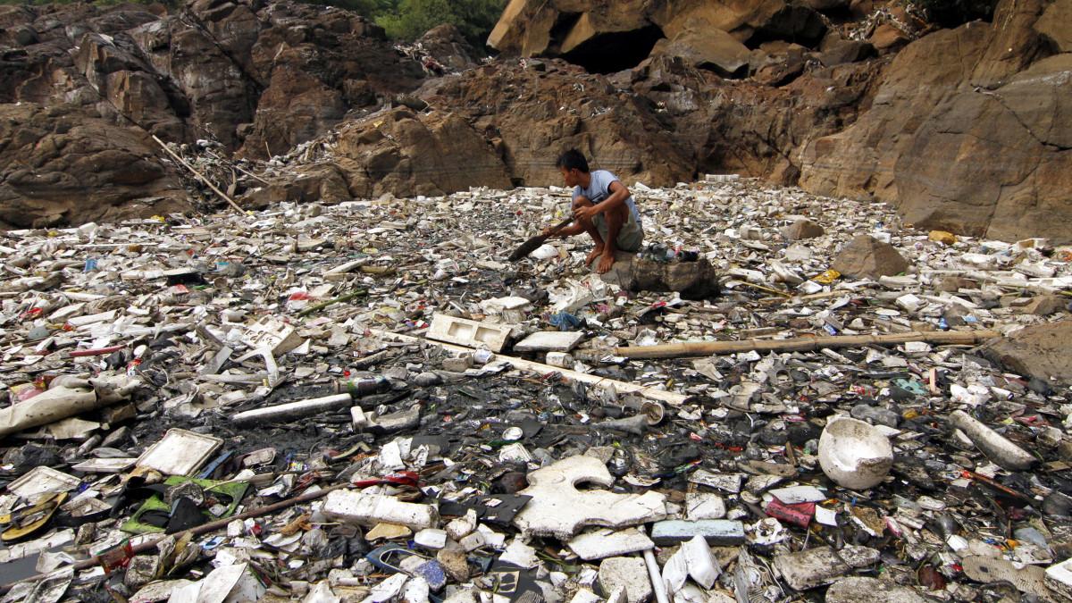 Roskaa Citarum-joessa Indonesiassa