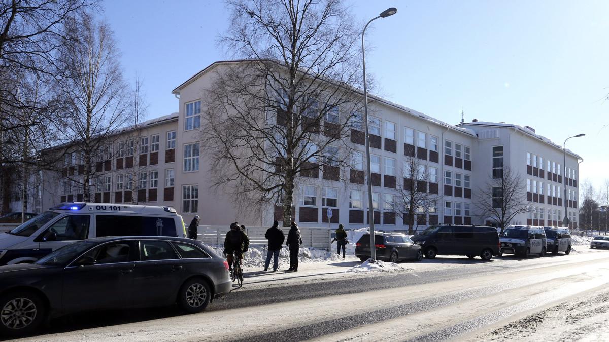 Oulussa poliisi sai 23. maaliskuuta 2018 ilmoituksen Raksilassa liikkuvasta epäilyttävästä miehestä, joka väitti pitävänsä hallussaan ampuma-asetta. Mies liikkui Teuvo Pakkalan koulun läheisyydessä.
