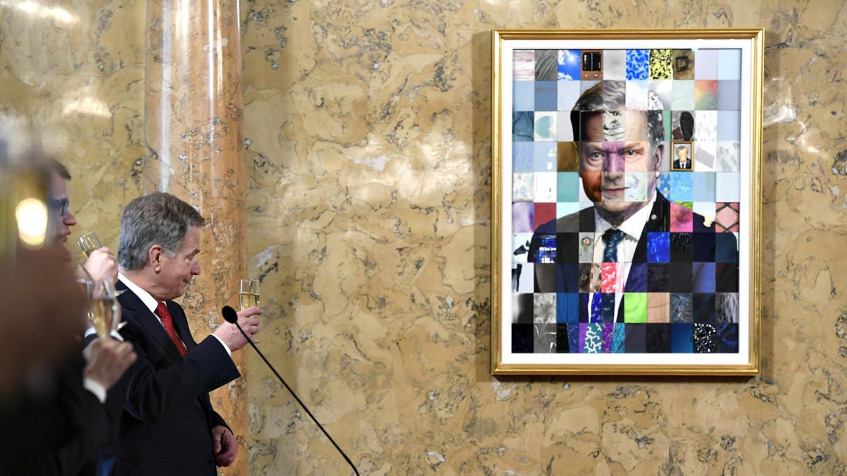 Tasavallan presidentti Sauli Niinistö muotokuvansa paljastustilaisuudessa Valtioneuvoston linnan esittelysalissa