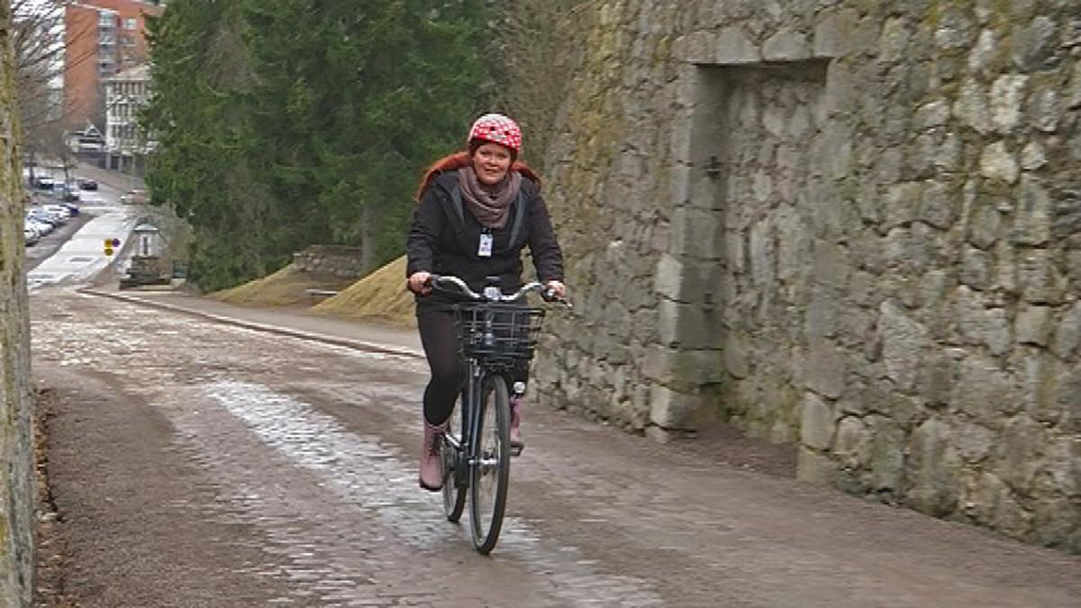 Elli Sormunen ajaa sähköpyörällä