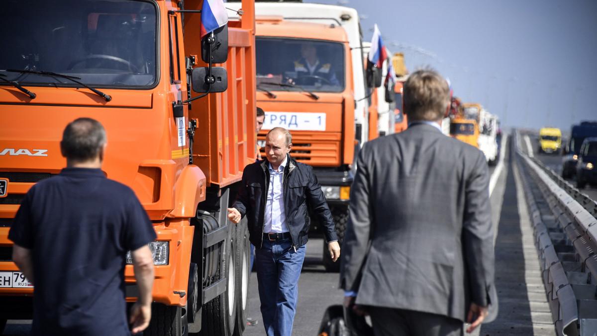 Kuvassa Putin ja rekkakuskeja naureskelemassa.