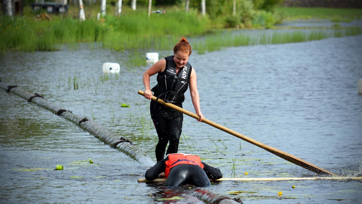 Evijärveläinen Tiia Mäntylä on harrastanut tukinuittoa vasta hetken.