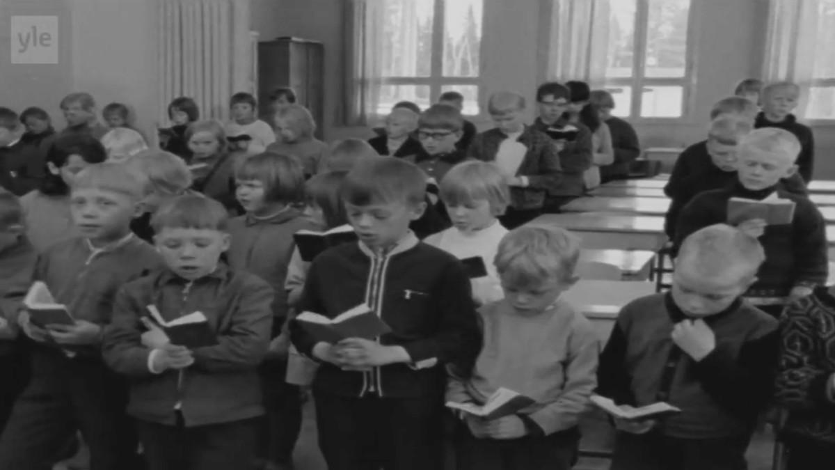 Lapsia laulamassa luokassa.