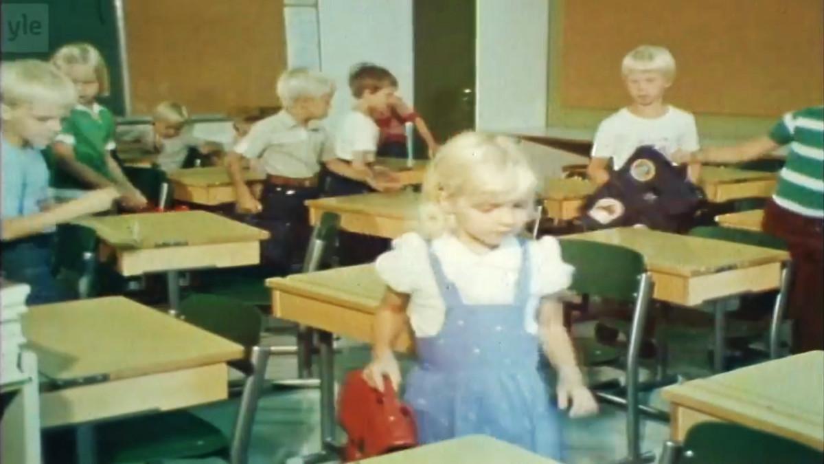 Lapsia tulossa luokkaan.