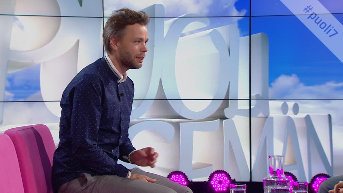 Ville Ranta istuu Puoli seitsemän -studiossa