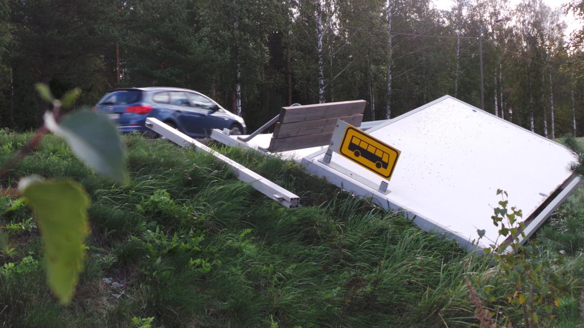 Kuisma-myrsky kaatoi Porissa myös bussipysäkin.