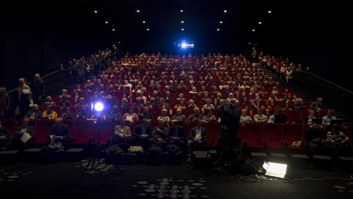 Elokuvateatterin sali täynnä yleisöä.