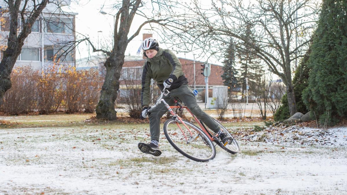Tommi Martikainen näyttää kuinka pyörällä kaatumista voi yrittää välttää