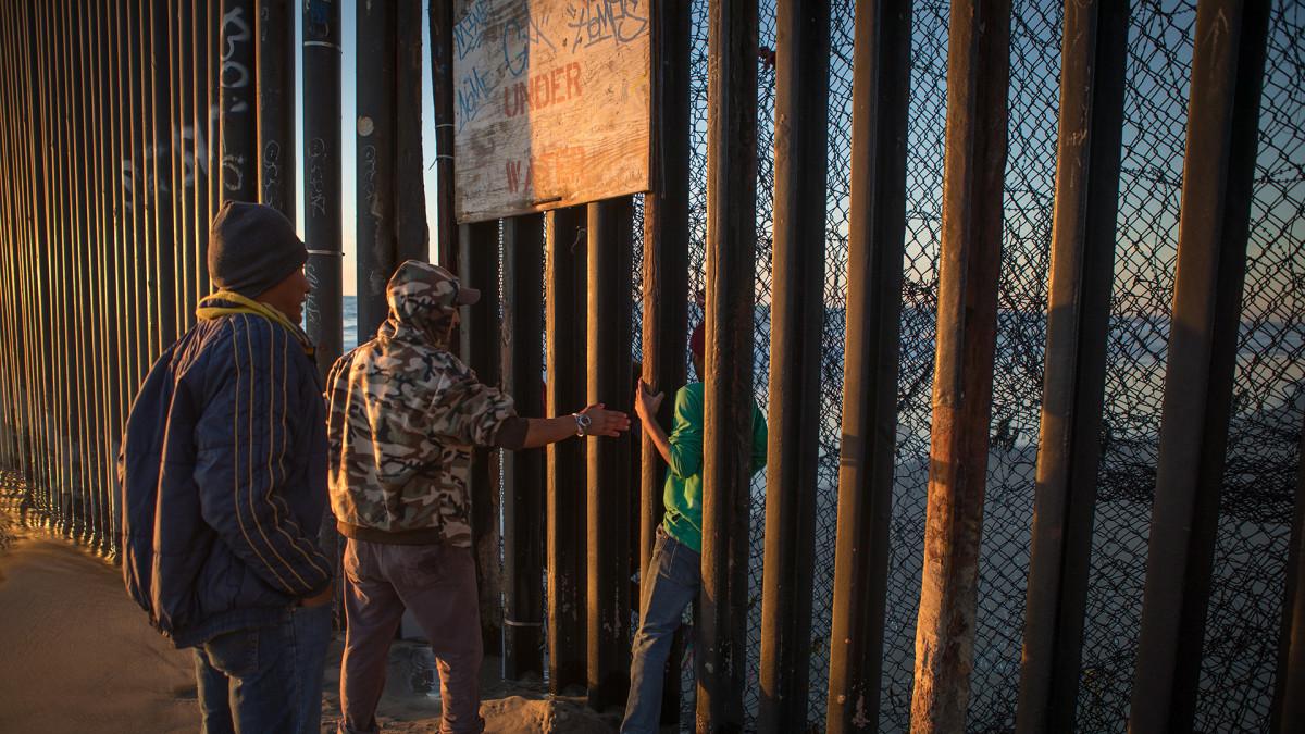 16-vuotias hondurasilaispoika luikahtaa raja-aidan läpi