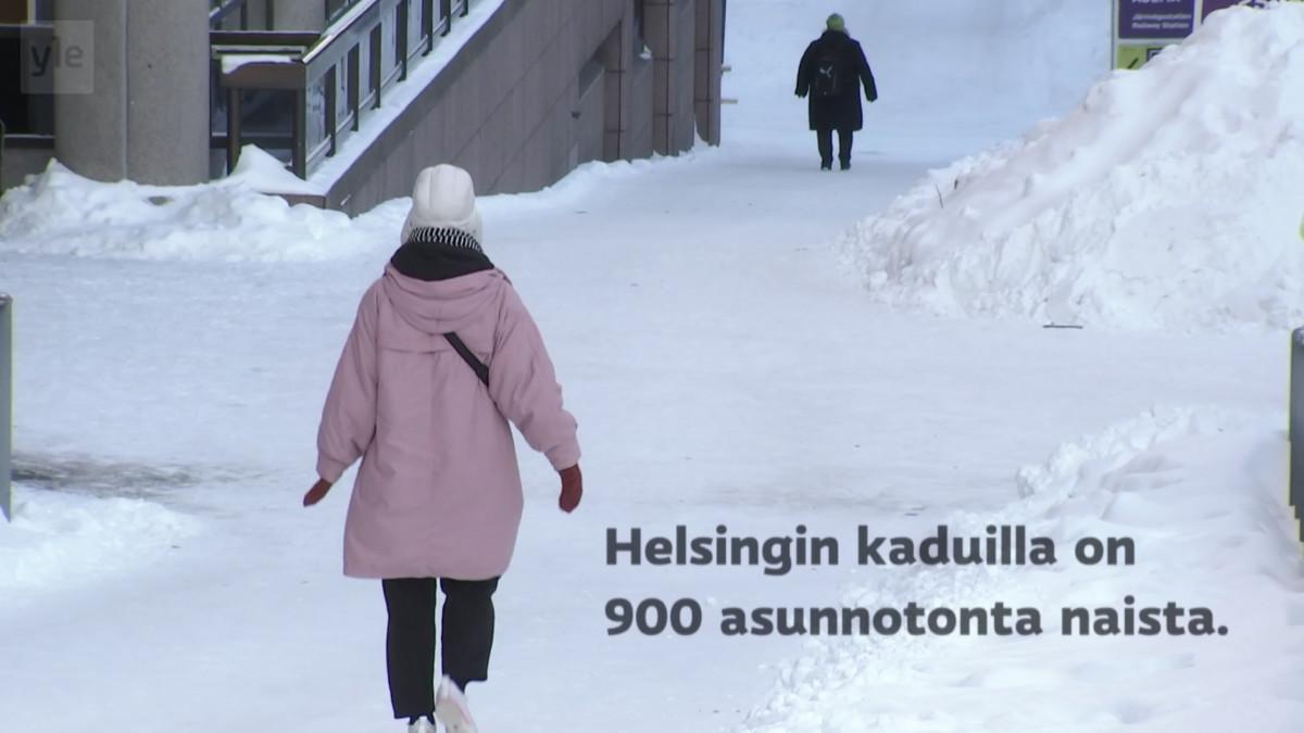 Ihmisiä kävelemässä talvisessa kaupungissa.