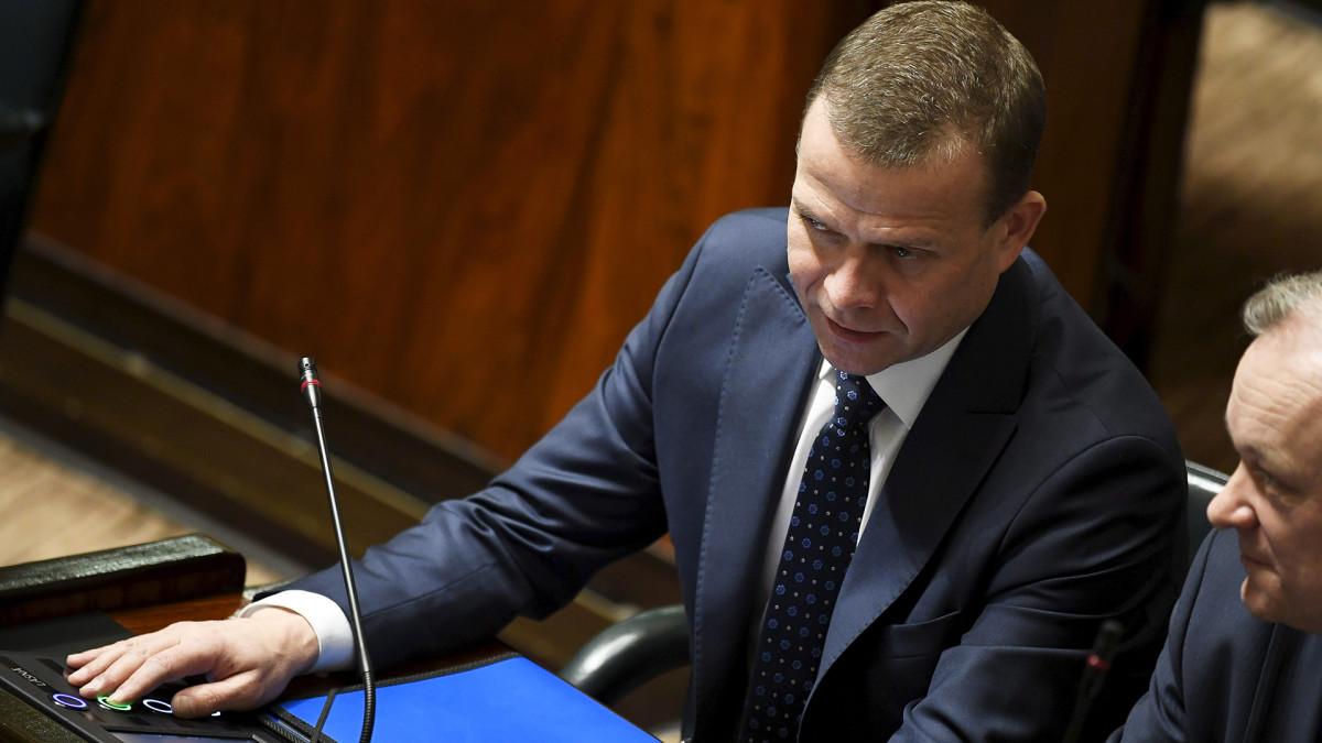 Valtiovarainministeri Petteri Orpo sormi äänestysnapilla eduskunnan täysistunnossa.