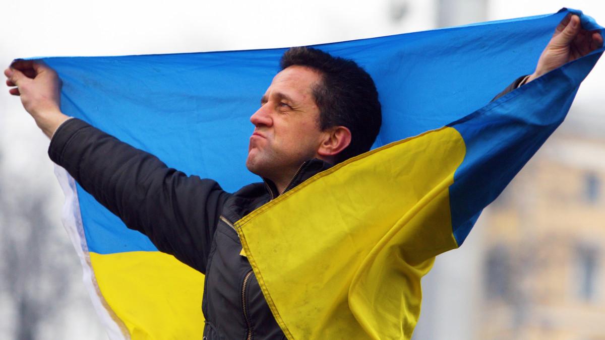 Mies pitelee Ukrainan lippua