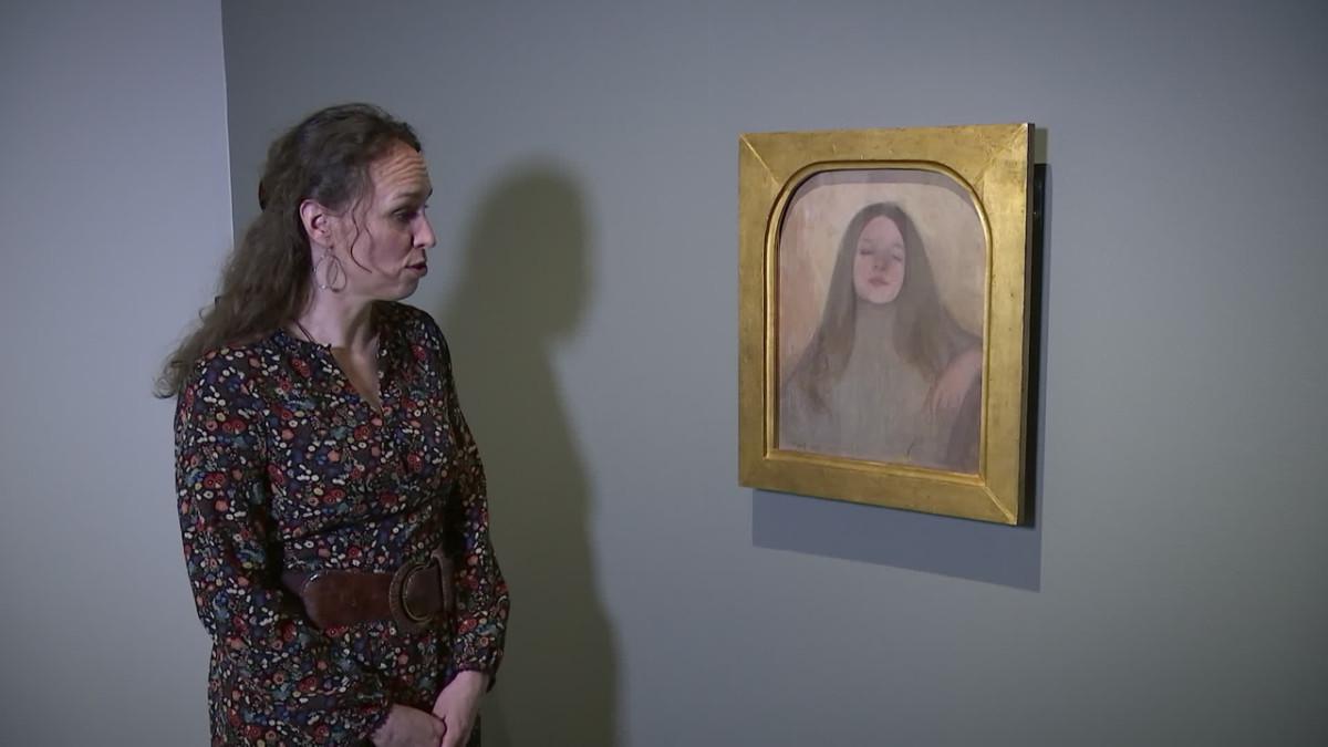 Hanna-Reetta Schreck analysoimassa Ellen Thesleffin Thyra Elisabeth -taulua.