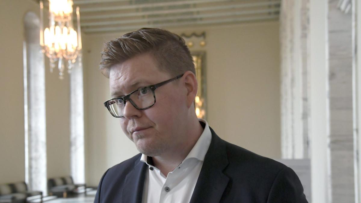 SDP:n eduskuntaryhmän puheenjohtaja Antti Lindtman oli toimittajien tavattavissa kokouksen jälkeen valtiosalissa 2. toukokuuta