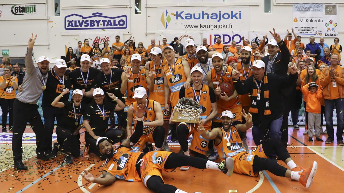 katsella hinta alennettu nauhoittaa sisään Sadat fanit juhlivat Karhu Basketin kultamitalia Kauhajoella ...