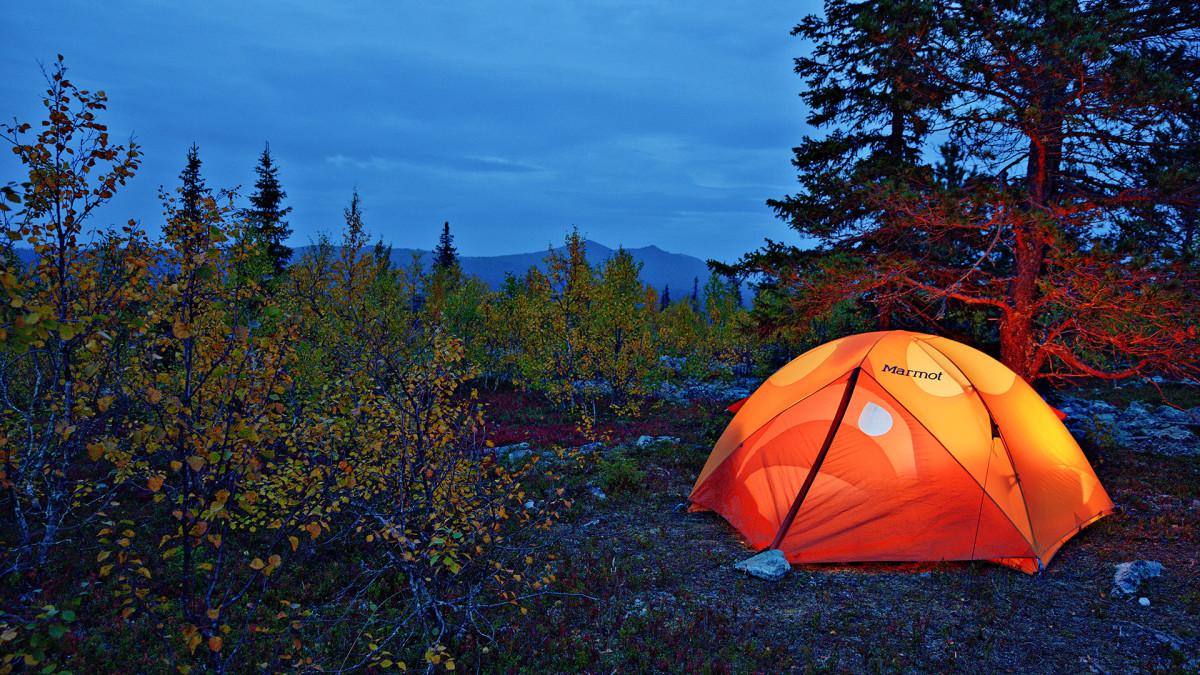 Teltta loistaa yössä