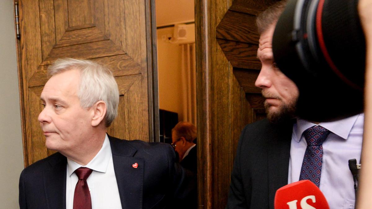Pääministeri Antti Rinne poistuu SDP:n eduskuntaryhmän kokouksesta eduskunnassa Helsingissä 3. joulukuuta 2019. Rinne kertoi lähtevänsä viemään kirjettä Mäntyniemeen.