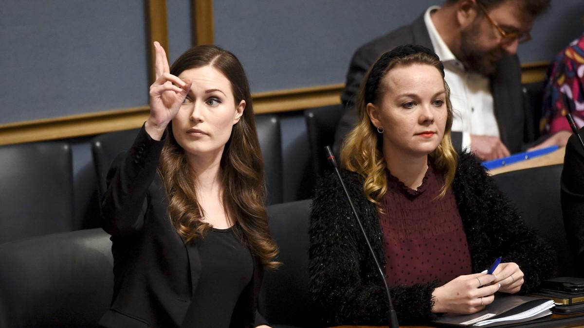 Pääministeri, SDP:n Sanna Marin ja valtiovarainministeri, keskustan Katri Kulmuni eduskunnan suullisella kyselytunnilla Helsingissä 13. helmikuuta.