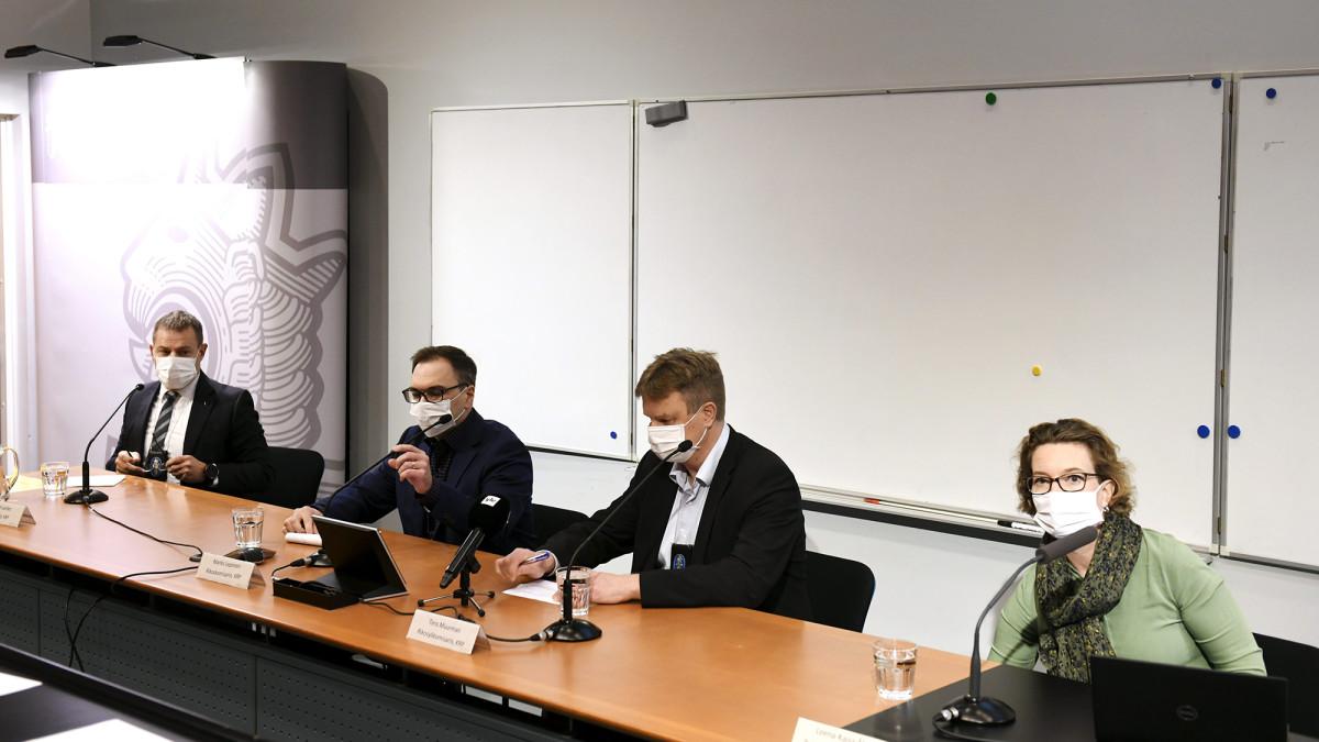 KRP:n päällikkö Robin Lardot (vas), KRP:n rikoskomisario Marko Leponen, KRP:n rikosylikomisario Tero Muurman sekä Rikosuhripäivystyksen RIKU:n toiminnanjohtaja Leena-Kaisa Åberg Keskusrikospoliisin tiedotustilaisuudessa KRP-talossa Vantaalla sunnuntaina 25. lokakuuta 2020.