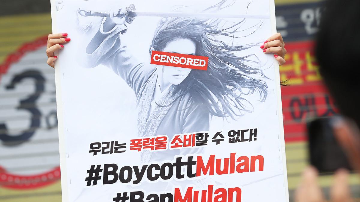 Eteläkorealaisen aktivistin juliste kehottaa boikotoimaan Mulan-elokuvaa Soulissa.