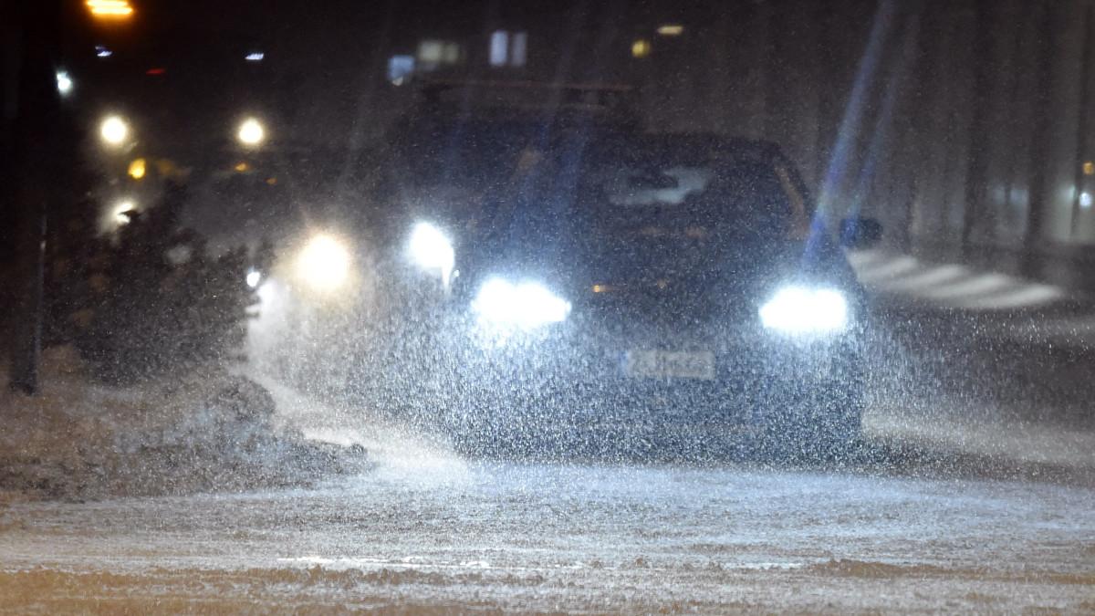 autoja lumipyryssä