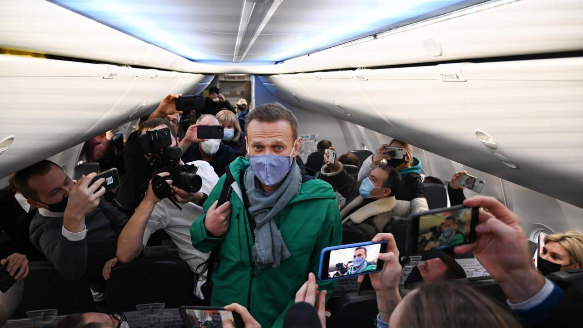 Aleksei Navalnyi median täyttämässä lentokoneessa.