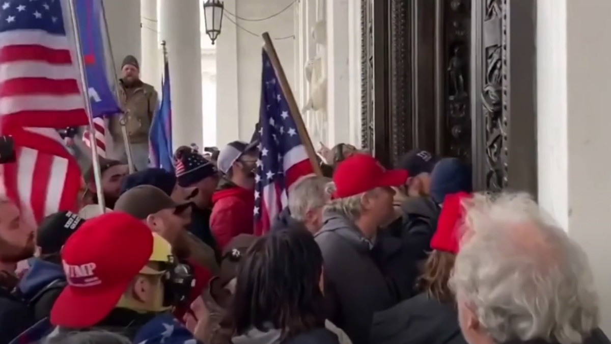 Väkijoukko tunkeutuu Yhdysvaltain kongressiin 6.1.2021