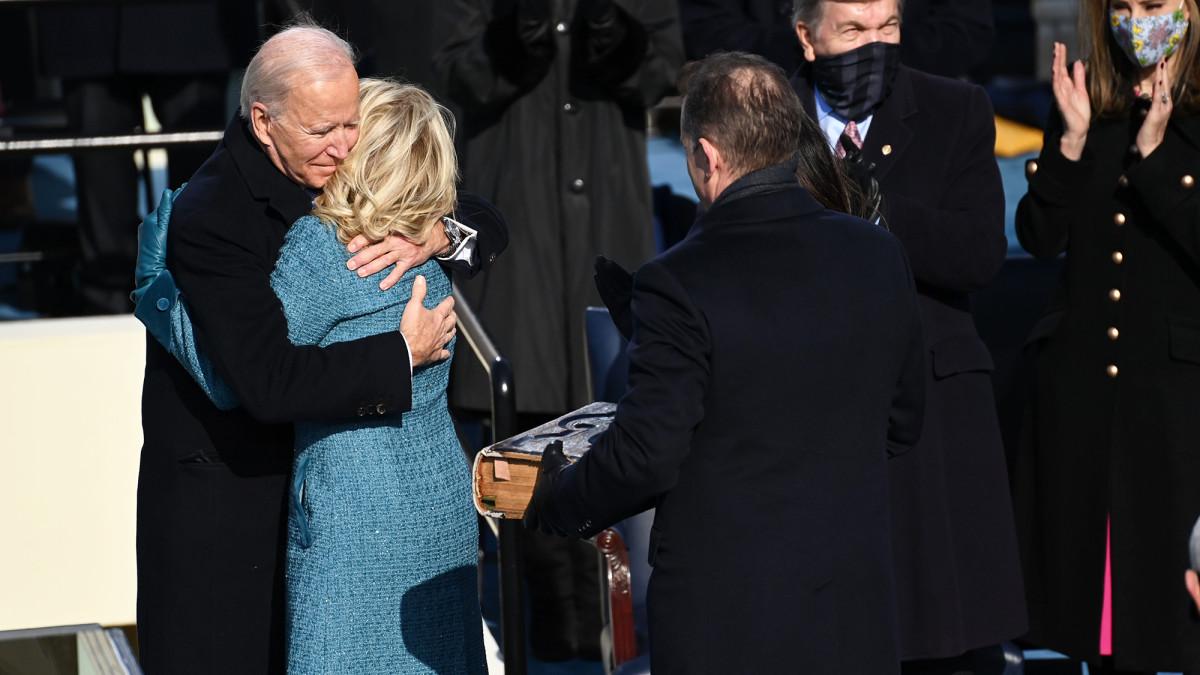 Joe ja Jill Biden halaavat.