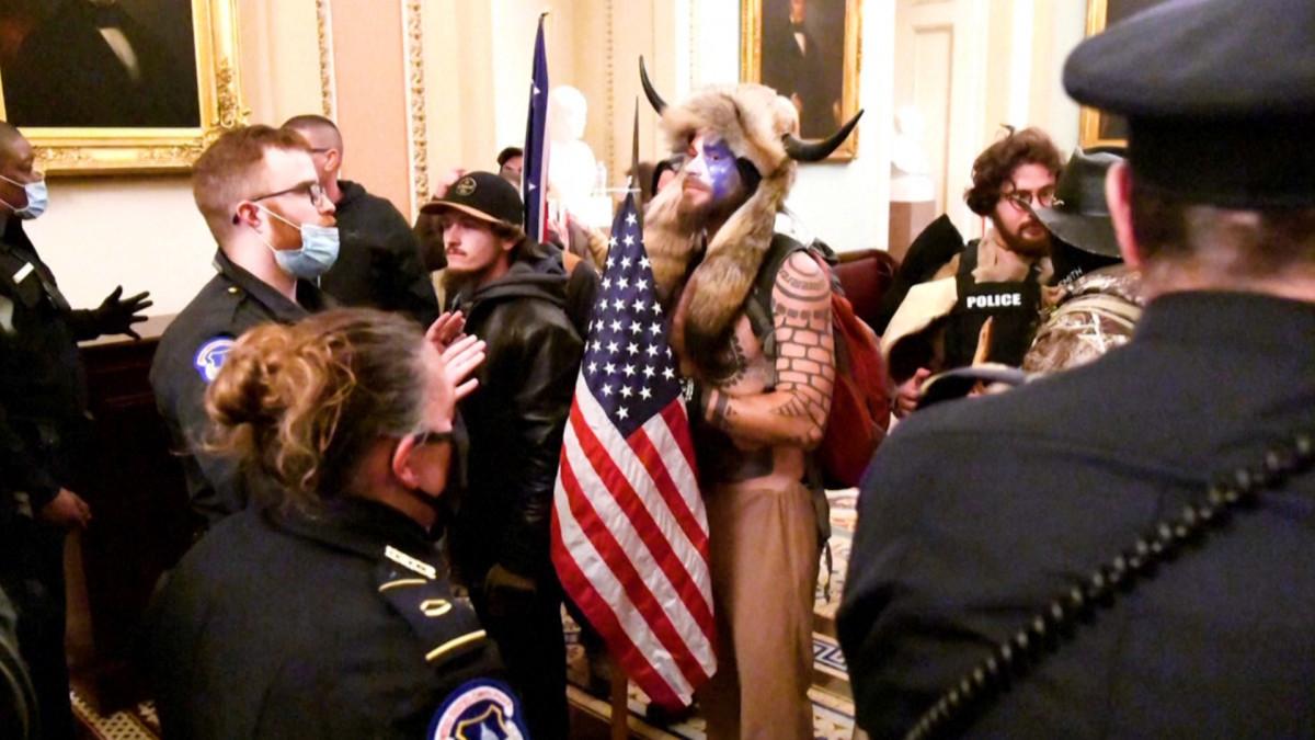 Mielenosoittajat Yhdysvaltain kongressissa 6.1.2021