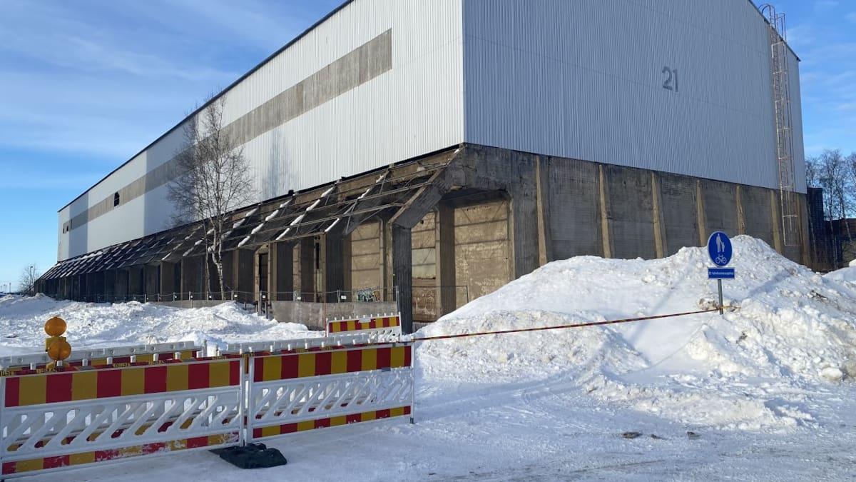 Oulun Toppilansalmessa putosi rakennuksen katolta iso lumikuorma kadulle torstaina 25. helmikuuta.