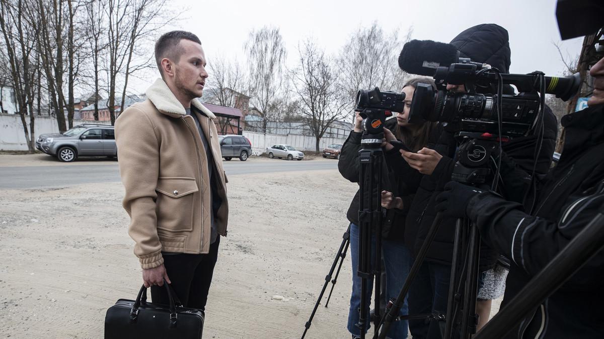 Alexey Liptsner puhumassa kameroille.